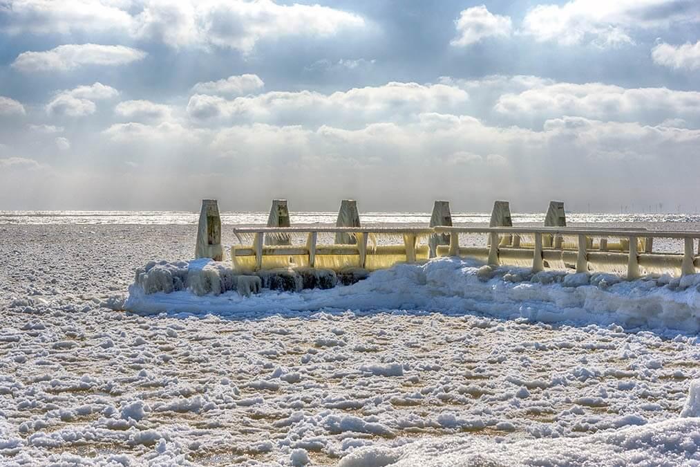 Bevroren stijger bij het IJsselmeer