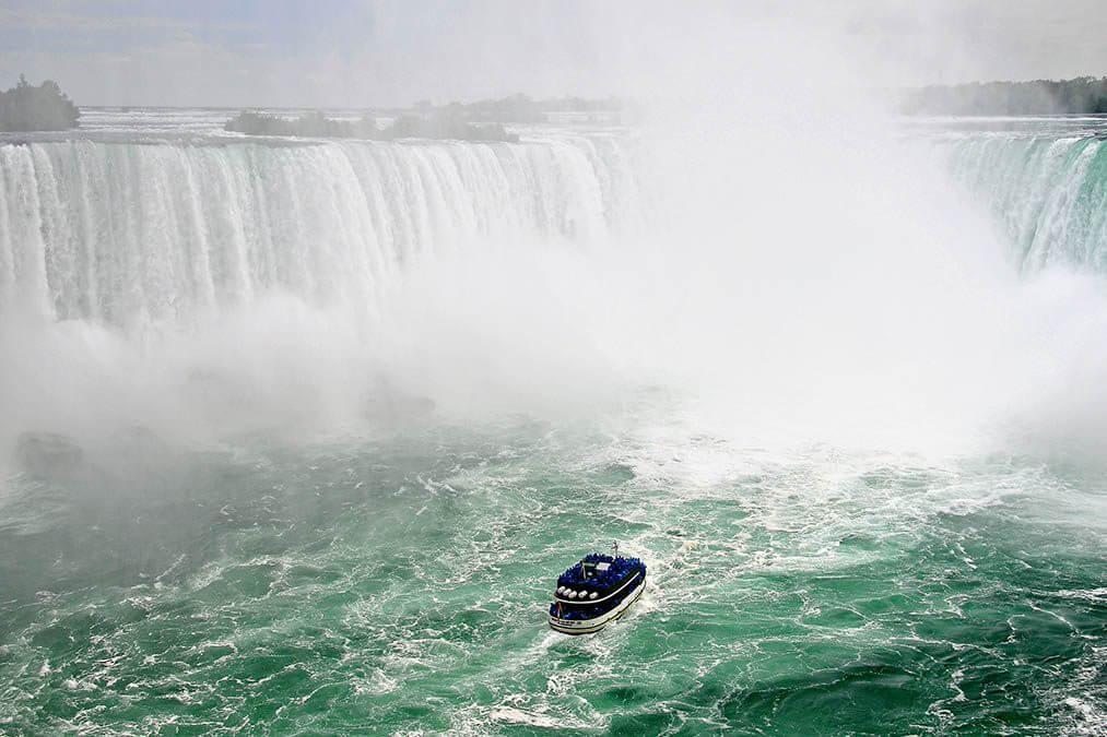 Rondvaartboot bij de Niagara Watervallen