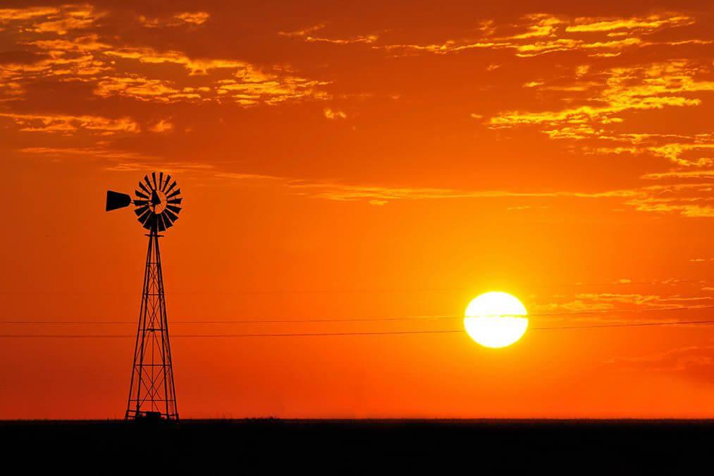 Zonsopkomst met windmolen boven Texas